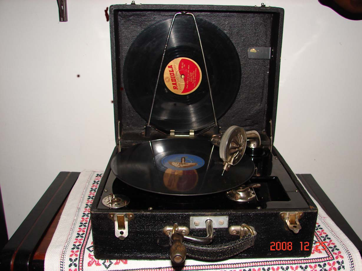 Táska gramafon, sok lemezzel.